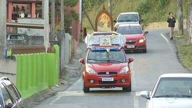 Impedidos de ir à igreja, fiéis criam 'terço móvel' para realizar orações durante pandemia - Grupo roda pelas ruas de Jundiaí (SP) em um carro adaptado rezando e cantando durante cerca de 10 horas por dia.