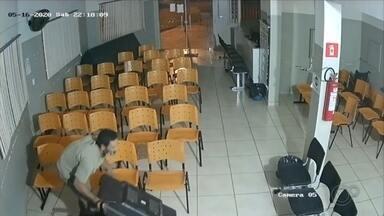 PM prende suspeito de furtar TV de ambulatório em Ourinhos - A Polícia Militar prendeu em flagrante um homem que tentou furtar uma televisão do Ambulatório de Especialidades do Posto de Saúde Central, em Ourinhos, no fim de semana.