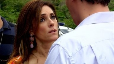 Tereza Cristina desmaia quando René diz que vai ligar para advogado - Marcela é socorrida e o policial diz que Tereza Cristina precisa ir à delegacia prestar depoimento