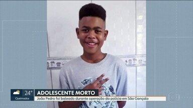 Adolescente é baleado durante operação da polícia em São Gonçalo - Um adolescente de 14 anos foi morto dentro de casa, durante uma operação das polícias Civil e Federal, no Complexo do Salgueiro, em São Gonçalo. O corpo de João Pedro só foi localizado pela família na manhã desta terça-feira (19).