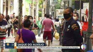 Em Petrópolis, RJ, pagamento do auxílio emergência gera aglomerações - Pagamento do auxílio é nesta segunda-feira (27) para pessoas que não têm conta na Caixa e para quem nasceu em janeiro e fevereiro.