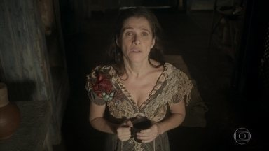Elvira tenta enfeitiçar Joaquim mais uma vez - A atriz reza para Santo Antônio ajudá-la a conquistar o marido, mas desta vez o café coado nas calçolas da moça não faz efeito. Elvira fica arrasada