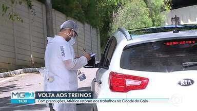 Atlético retoma os treinos na Cidade do Galo e Cruzeiro volta na quinta-feira - Com precauções por causa da pandemia da COVID-19, jogadores do Galo voltam aos treinos em Vespasiano. Cruzeiro definiu o retorno aos treinos para quinta-feira (21).