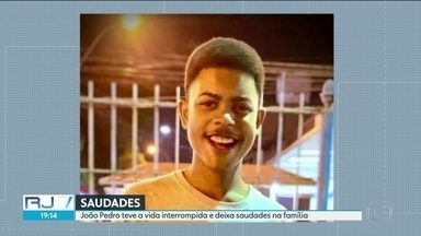 Morte do menino João Pedro, de 14 anos, gera onda de comoção e indignação - João Pedro morreu durante uma operação policial e foi enterrado na tarde desta terça-feira (19). Delegacia de homicídios investiga ação dos policiais envolvidos na operação.