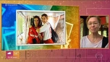 Julia Lemmertz está em sítio em SP - A atriz relembra foto com melhor amiga