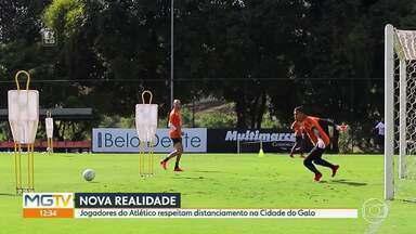 Jogadores do Atlético-MG aprendem a respeitar o distanciamento na volta aos treinos - Jogadores do Atlético-MG aprendem a respeitar o distanciamento na volta aos treinos