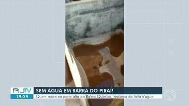 Moradores do bairro Química, em Barra do Piraí, reclamam da falta de água - População diz que o problema tem sido constante.