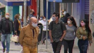 Obrigatoriedade do uso de máscaras exige cuidados especiais - Diante da obrigatoriedade no estado de São Paulo do uso de máscaras em locais públicos e estabelecimentos comerciais, como supermercados e farmácias, pessoas precisam ter alguns cuidados especiais para garantir que a proteção seja eficiente.