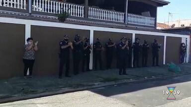 Funcionária da Guarda Municipal de São José recebe festa após vencer o coronavírus - Confira reportagem do Jornal Vanguarda desta quinta-feira (21).