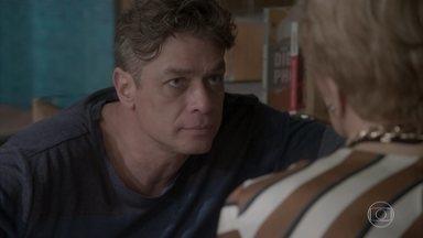Arthur pede para Stelinha transformar Eliza em uma mulher requintada - O empresário explica para a mãe que pode perder sua agência para Carolina
