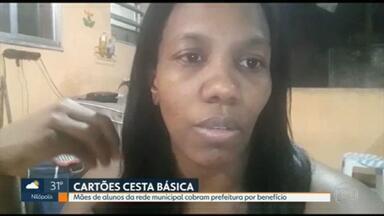 Mães de estudantes da rede municipal do Rio dizem que não estão recebendo a cesta básica - Mães cobram prefeitura pelo benefício.
