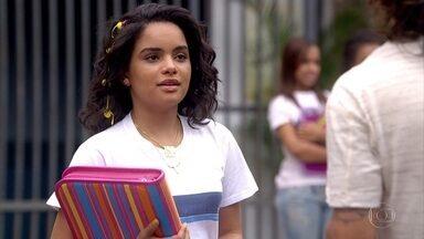 Daniel marca encontro com Solange na pousada - Baltazar pede que a filha vá direto para a escola
