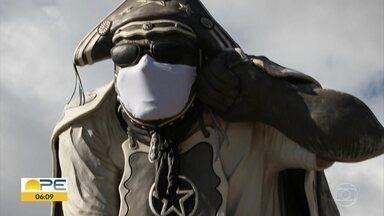 Estátua de Luiz Gonzaga ganha máscara para conscientizar população - Monumento em Exu, no Sertão do estado, entrou na campanha contra a Covid-19.