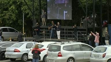 Igrejas de Itapetininga realizam culto 'drive-in' durante pandemia - Representantes de duas igrejas evangélicas de Itapetininga (SP) organizaram um culto diferente no estacionamento do shopping da cidade, no domingo (24). Um palco foi montado para que todos pudessem acompanhar o evento de dentro dos carros.
