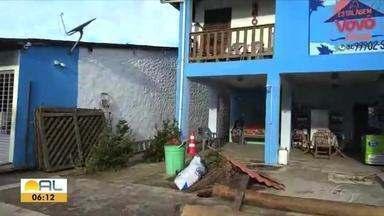 Rajadas de ventos assustam moradores no litoral norte - Imóveis ficaram parcialmente destruídos em Porto da Rua.