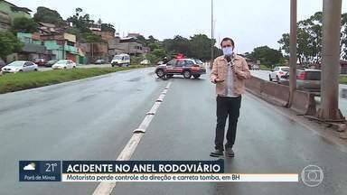 Acidente com carreta complica trânsito no Anel Rodoviário - Motorista perdeu controle da direção e carreta tombou na pista sentido Vitória.