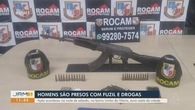 Homens são presos com fuzil e drogas, em Manaus - Eles foram presos durante ação policial na noite de sábado.