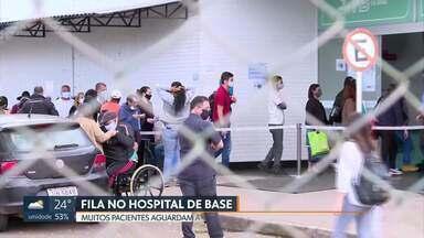 Hospital de Base teve fila hoje de manhã - Pacientes aguardavam atendimento no ambulatório e chegaram mais cedo para garantir lugar.