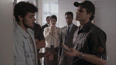 Jonatas é preso por tentativa de furto - Germano fica chocado quando vê Jonatas algemado e desacreditado pelo flagrante. Fabinho fica ainda mais enciumado ao ver a reação do pai apoiando o rival