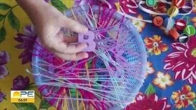 Confira dicas de brinquedos que podem ser feitos em casa - Brincadeira proposta por Isabele Santos usa fios e uma lixeira.
