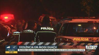 Após assalto com reféns, bandidos são mortos em troca de tiros com a polícia em Mogi Guaçu - Caso aconteceu na noite de quarta (27), no bairro Itamaracá. Dois suspeitos armados com dois revólveres abordaram um comerciante que chegava em casa e sua esposa; na fuga, eles foram surpreendidos e trocaram tiros com a polícia. Um homem morreu no local, e o outro faleceu no hospital.