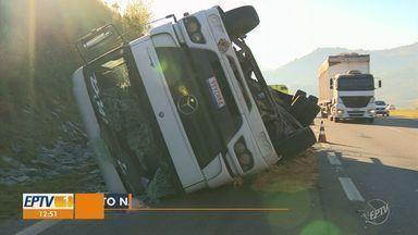 Caminhão carregado com pedras tomba na Rod. D. Pedro I e interdita acostamento em Valinhos - Motorista da carreta afirmou que foi fechado por outro caminhão. Ninguém ficou ferido.