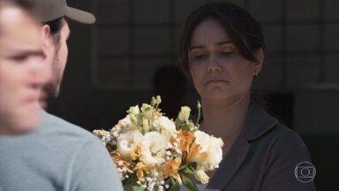 Josefina recebe flores na escola - Benê mostra para a mãe seu caderno de estudo para entender melhor as emoções