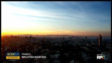 Sol apareceu desde as primeiras horas do dia em Curitiba - Previsão de tempo seco para este sábado (30).