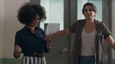Dóris ajuda Josefina a andar de salto - A mãe de Benê se diverte com sua falta de habilidade em se vestir de forma mais feminina