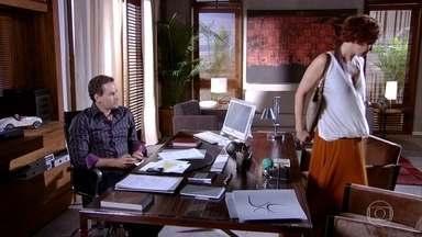 Esther assina a saída da Fio Carioca - Paulo fica cheio de saudades, chora e se lembra de vários momentos que os dois passaram juntos. Vanessa liga se oferecendo para consolá-lo, e ele aceita