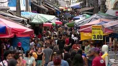 Movimentação nas ruas aumenta após reabertura do comércio em Manaus - Muitas pessoas se aglomeraram em ruas de centros comerciais, lanchonetes e lojas de roupas.