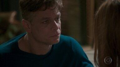 Arthur pede desculpa por se aproximar de Eliza - A modelo fica assustada com a situação