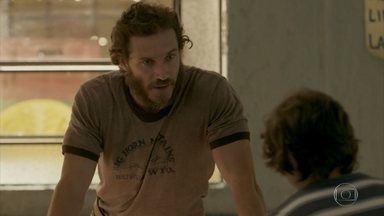 Dino descobre que Gilda conversa com Eliza pelo telefone - Ele questiona Carlinhos sobre o comportamento da esposa