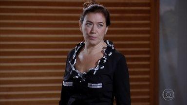 Griselda vai ao encontro de René - Preocupada com o amigo, ela liga para oferecer apoio. Quinzé e Amália estranham a saída misteriosa da mãe