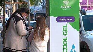 Ruas de Lajeado ganham totens de álcool gel com acionamento por pedal - Iniciativa de empresa tenta combater o avanço do coronavírus.