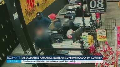 Ladrões assaltam supermercado no Sítio Cercado, em Curitiba - Eles fugiram levando dinheiro dos caixas e produtos da loja.