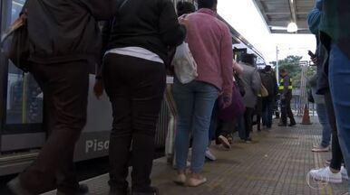 Cidade de São Paulo tem movimento intenso no transporte público - Prefeitura de SP fez operação para combater comércio ilegal na região do Brás. Teste de vacina de Oxford contra Covid-19 contará com 2 mil voluntários brasileiros.
