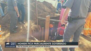 Homem fica parcialmente soterrado em Itirapina durante obra da prefeitura - Ele foi resgatado consciente e levado para o hospital da cidade.