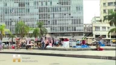 Prefeitura do Rio liberou camelôs cadastrados: em alguns pontos, teve aglomeração - Nova Iguaçu começou a liberar o comércio e conta quantas pessoas entram no calçadão