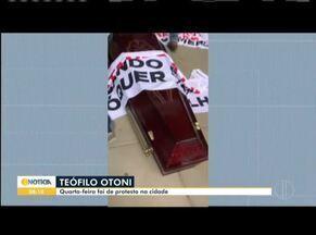 Comerciantes de Teófilo Otoni fazem protesto na porta da prefeitura da cidade - Protesto foi realizado nessa quarta-feira (3), referente ao decreto mais restritivo para os lojistas do município.