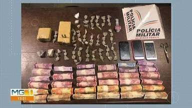 Jovem é preso com drogas após denúncia em Curvelo - Polícia apreendeu 69 buchas de maconha, duas barras e dois tabletes da mesma droga. Ocorrência foi no Bairro Jardim América.