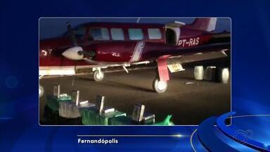 Avião carregado com 450 quilos de pasta base de cocaína é apreendido em aeroporto - Um avião bi-motor carregado com cerca de 450 quilos de pasta base de cocaína foi aprendido no começo da noite desta sexta-feira (5) no aeroporto de Fernandópolis (SP).