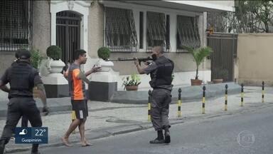 RJ2 esclarece caso do jovem que teve fuzil apontado por policial militar. - Imagens mostram que o jovem atirou pedras nos PMs.