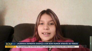 Criança enfrenta doença com bom humor através de vídeos - Ela compartilha na internet a rotina, sem perder a esperança de voltar a andar.