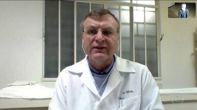 Associações médicas dizem que governo dificulta análise real do quadro da pandemia - A comunidade médica vê as mudanças na divulgação dos dados da Covid-19 pelo Ministério da Saúde como uma forma de esconder da sociedade o quadro real da pandemia no Brasil.