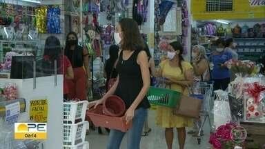 Petrolina proíbe circulação de crianças e idosos em lojas do Centro - Com reabertura das lojas, movimento é intenso no comércio.