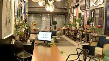 Trabalhando em casa, profissionais buscam dar nova cara ao lar e investem em decoração - Quem está aproveitando a fase são os comerciantes que trabalham com decoração no Alto Tietê.