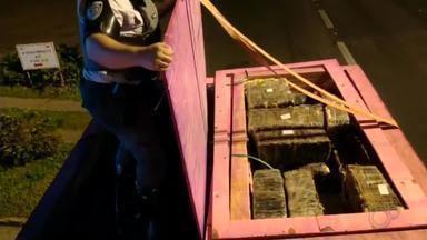 Polícia apreende grande quantidade de maconha após investigar motorista em Assis - A Polícia Rodoviária prendeu dois homens por tráfico de drogas e apreendeu aproximadamente 2 toneladas de maconha na Rodovia Miguel Jubrant em Assis (SP) na manhã desta terça-feira (9).