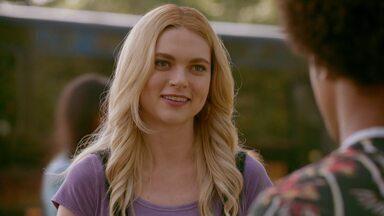 Ela não é um exemplo - Quando dois estudantes locais desaparecem, Alaric envia Hope, Lizzie, MG e Landon para investigar. Enquanto isso, Josie ajuda Rafael a se adaptar à nova vida na escola.