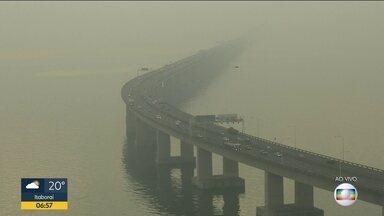 Ponte Rio-Niterói registra trânisto intenso após afrouxamento das regras de isolamento - Ponte Rio-Niterói amanhece com intenso nevoeiro. Nesta quarta-feira (10) o congestionamento chegou a 40 minutos na ponte.